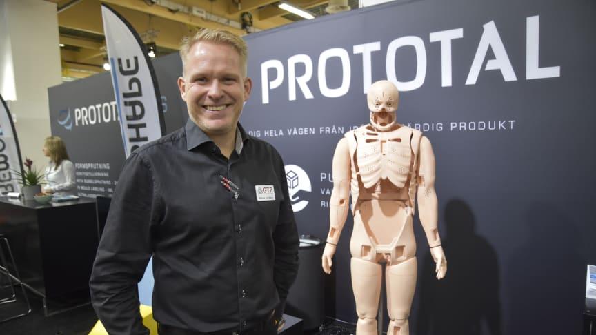 Mikael Sohlberg, Prototal och marknadsansvarig på systerbolaget GT Prototyper. Här tillsammans med en 3D-printad docka i FLS-teknik framtagen för norska Laerdal. Dockan kan simulera olika sjukdomstillstånd och används vid utbildning av vårdpersonal.