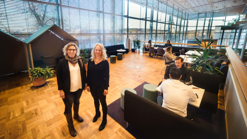Gun-Britt Marklund och Annika Lill på Lärcentrum.