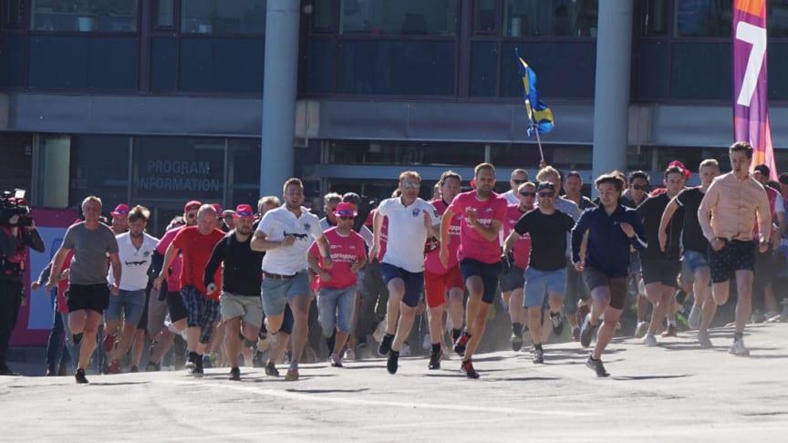 Publik springer in när Solvallas entréer öppnar på Elitloppet. Foto: Solvalla.