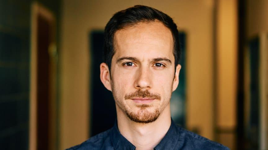 Alex Ntatsos, barista på Löfbergs Rosteri & Kaffebar, är svensk mästare i Latte Art. I juni representerar Sverige på VM i Berlin.