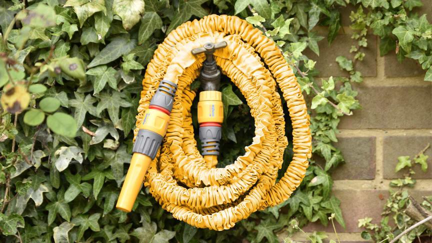Trädgårdsslangen krymper när den inte används och blir enkel att förvara.