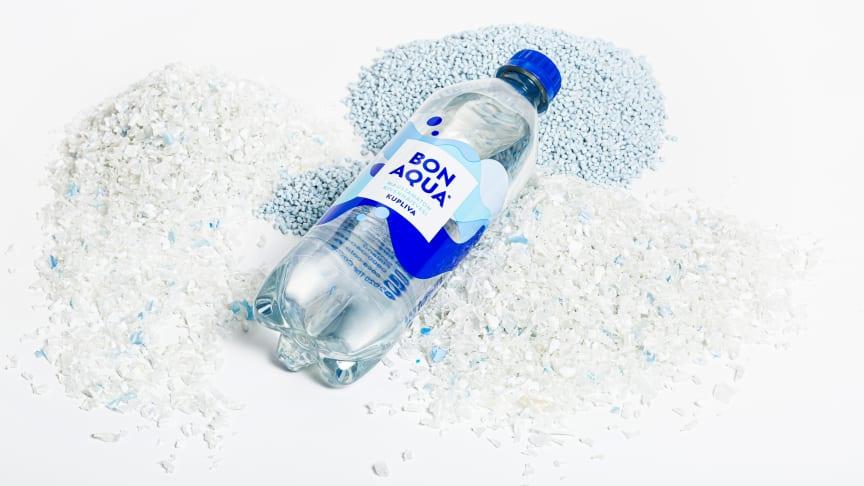 Uudet Bonaqua-pullot tehdään käytetyistä pulloista saadusta muovista, jota näkyy myös kuvassa. Kierrätysmuovin käyttö pulloissa vähentää muovin päätymistä roskaksi ja pienentää pakkauksien ilmastovakutusta.
