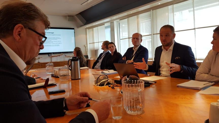 På et møte i Samferdselsdepartementet la statsråd Jon Georg Dale (Frp) fram høringsforslaget for drosjenæringen. Helt til venstre, NT-leder Øystein Trevland.