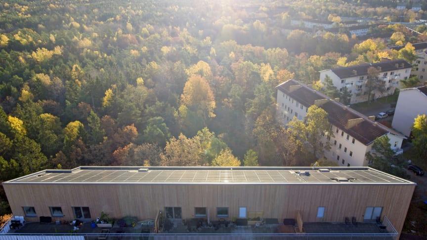 Kv. Taklampan med solceller på taket.  Finns i Hammarbyhöjden, Stockholm.