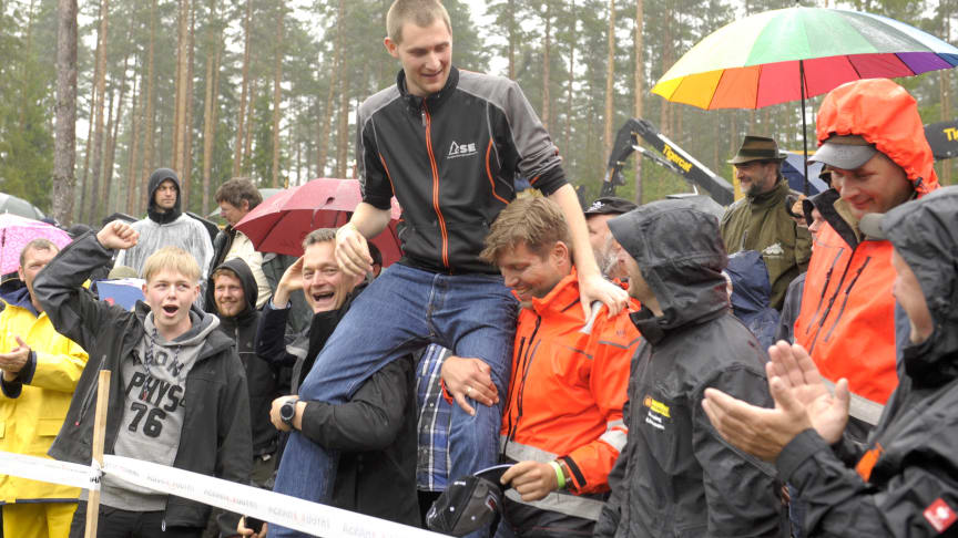 The new forwarder world champion, Daniel Bergmann of Germany, is praised by his fellow countrymen. Photo: Elmia AB
