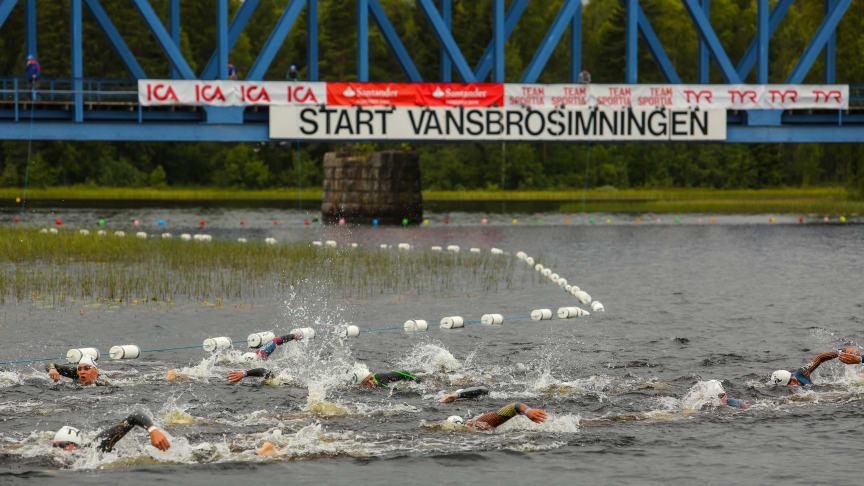 10.00 gick starten för Vansbrosimningen 2017. Foto: Andreas Hansson
