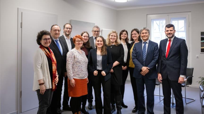 Prof. Hans Müller-Steinhagen, Rektor der TU Dresden (2. v. rechts), und Fernando Silva, Vorstandsmitglied der Santander Consumer Bank AG (rechts), unterzeichneten die bis Ende 2022 wirksamen Fördererklärungen