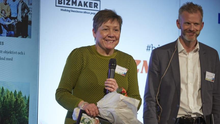Eva Magnusson, Skogens Sköna Gröna från Ånge, tackas av för sin medverkan i Forest Business Accelerator. Magnus Viström på SCA gratulerar.