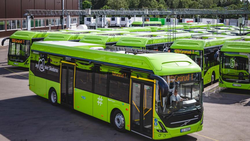 Søndag 30. juni kjørte den første elektriske regionbussen i rute på linje 120 med avgang fra Nesåsen klokken 06.25 i retning Grorud T.  Foto: Ruter As/RedInk Krister Sørbø