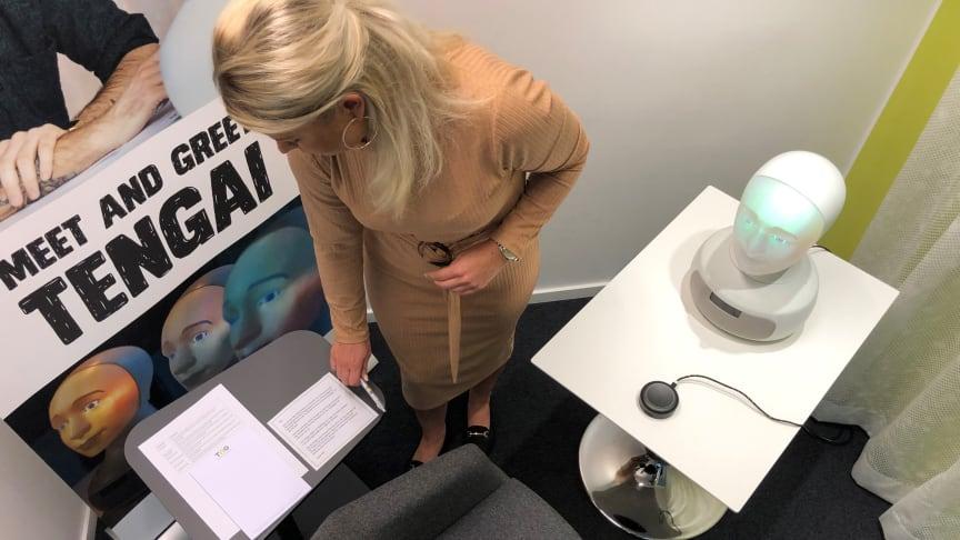 Linnéa Wäringe, affärsansvarig rekryterare på TNG, förbereder intervjurummet.
