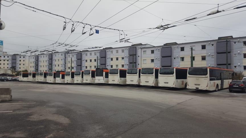 Her på bussgarasjen på Mannsverk kjem det ladepunkt og nye elbussar (Foto: Skyss).