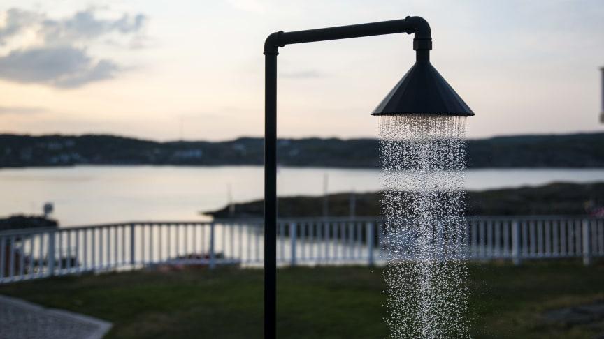 Erik Lindberg använder spillvattnet från uteduschen för att vattna gräsmattorna.