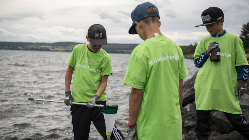 Ungdomar från Östersunds Badmintonklubb tar vattenprover för mikroplast i Indalsälven under Älvstädningen 2019.