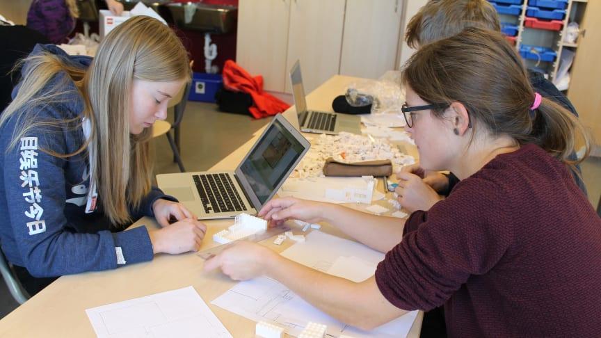 Elevene ved 10.trinn ved Ener ungdomsskole regelrett kastet seg over legoklossene. Til venstre Dina Lidahl Lillejordet sammen med lærer Eva Lutnes.