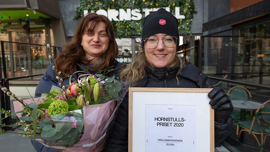 Milena Peric, anställd, och Bodil Nilsson, verksamhetschef på Frälsningsarméns Sociala center, tog emot diplomet av Hornstull Centrum . Foto: Elina Sahlin