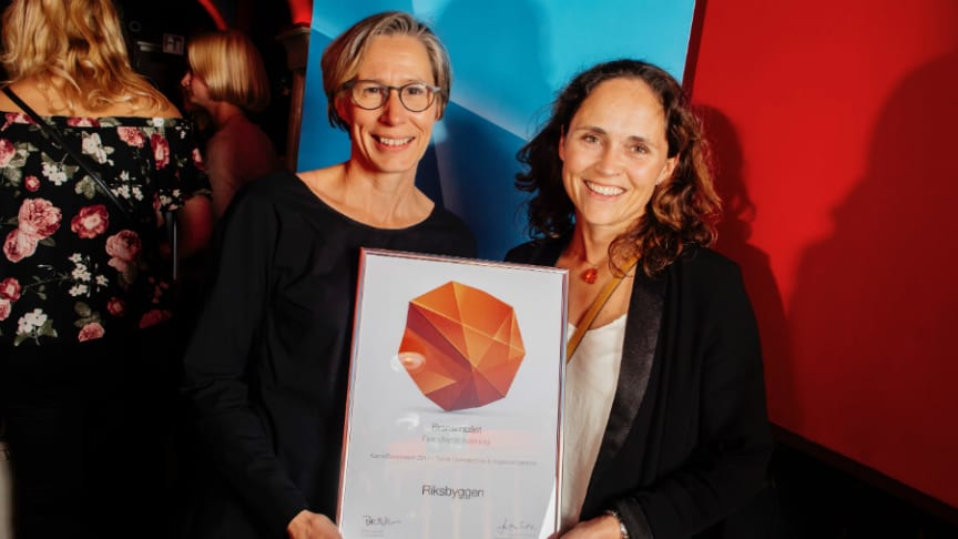 Ylva Bohman och Maria Sörén från Riksbyggens HR-avdelning fick ta emot diplom när Riksbyggen utsetts till Branschbäst inom fastighetsförvaltning.