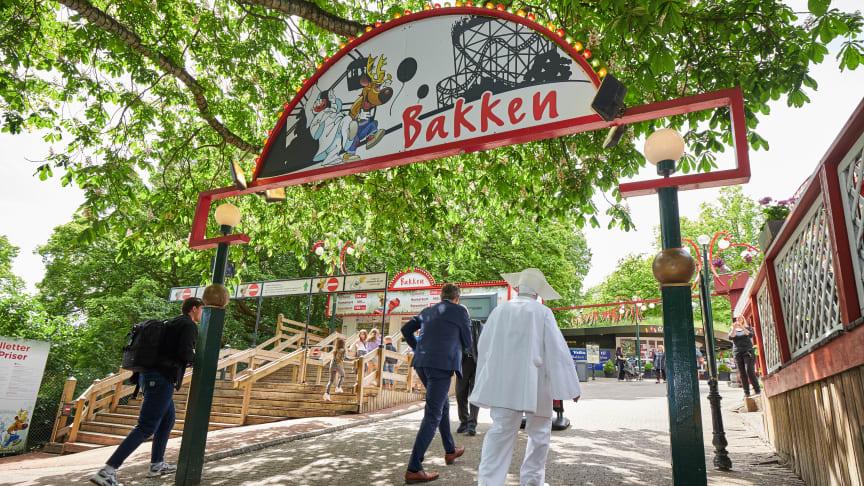 Klokken 14 kunne gæsterne sammen med Bakkens direktør og Pjerrot gå med ind på Bakken.