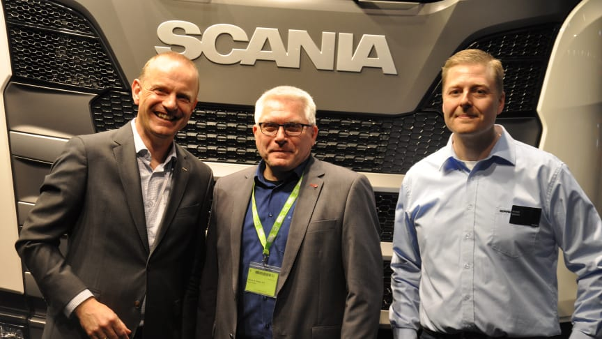 Bruun & Nielsen har købt 7 nye Scania R 410 trækkere.  Medejer og direktør Birger Nielsen lagde vejen forbi Scania-standen på Transport 2017 for at hilse på Scanias salgskonsulent Rune Bach (th) og adm . direktør Janko van der Baan (tv).