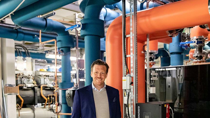 Henrik Pihlblad, teknisk chef på Frölunda Torg, visar upp energicentralen.