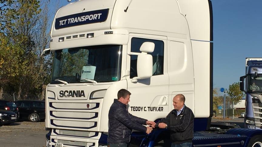 Scania salgskonsulent overdrager nøglerne til den nye Scania R 580 til vognmand Teddy C. Tiufkær