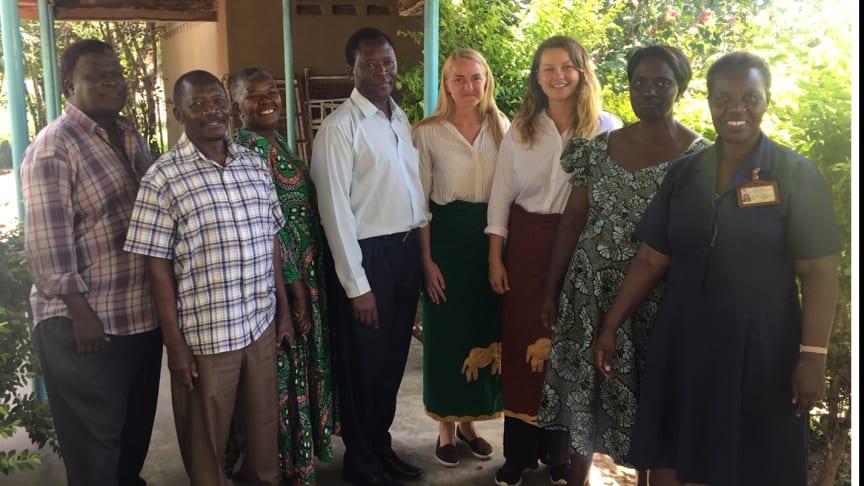 Ellen Brandt på plats i Tanzania, tillsammans med personalen och kurskollegan Annika Sjöberg