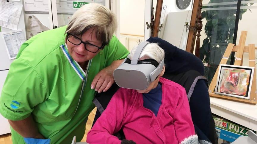 Beboerne på Langagergård Plejecenter, som drives af Forenede Care, tager godt i mod deres nye oplevelsesmuligheder gennem virtual reality-briller og –videoer, som filmproducenten Khora står bag.