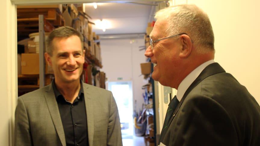 Erhvervsminister Rasmus Jarlov (K) besøgte mandag eftermiddag Forenede Service i Søborg, hvor adm. direktør Hans Fog viste rundt i virksomheden. Foto: Jannik Preisler.