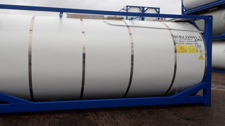 Tankcontainer, fylld med handsprit som snart är förpackad i mer hanterbart 1-litersformat och påväg till sjukvården runt om i landet.