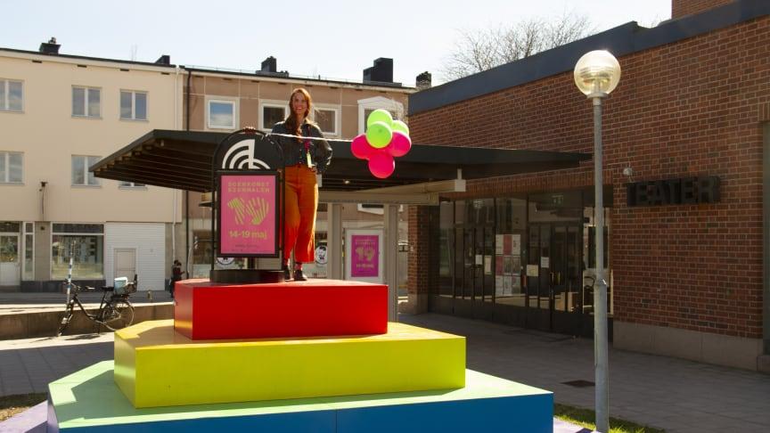 Härnösands kommuns kulturchef Elisabeth Oxelhöjd på kommunens nya regnbågstrappa.