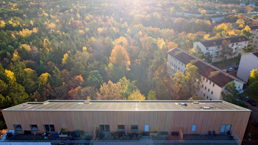 Solceller monterade på taket som konstruerats för optimal lutning mot solen på Einar Mattssons nollenergihus. Huset ligger  i Hammarbyhöjden i Stockholm.