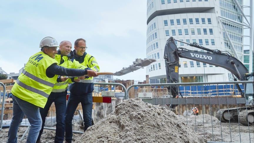 Niklas Kassam (produktionschef Midroc Properties), Peter Syrén (VD Midroc Properties) och Erik Herder (projektchef Midroc Properties) tar ett symboliskt första spadtag på byggarbetsplatsen som är granne med Turning Torso.