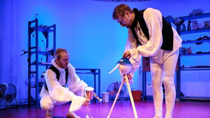 """Vårens Våffelteater """"Stora drömspelet"""" har premiär 13 mars. På scen: Nils Dernevik och Robert Olofsson."""