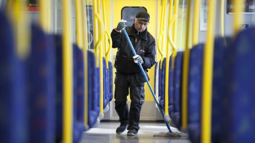 MTR Tunnelbanan har beslutat att utföra städning och klottersanering av vagnar och depåer i egen regi. (Foto: MTR)