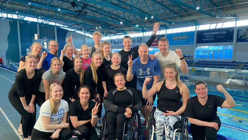 Ville Velinin yllätystreeneihin osallistui nuorten urheilijoiden ja valmentajien lisäksi myös Paralympiakomiteasta Riikka Juntunen ja Timo Mäkynen sekä Liikuntakeskus Pajulahdesta Tero Kuorikoski.
