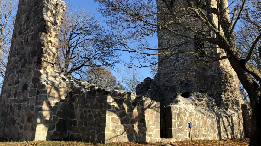 St Pers kyrkoruin stod klar ca år 1100 och är den största och mest bevarade av de tre medeltida kyrkoruinerna i Sigtuna.