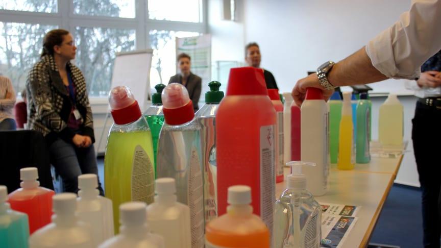 Medarbejderne, der skal håndtere de nye, grønne rengøringsmidler, bliver grundigt indviet i produkternes egenskaber på workshops rundt om i landet . Foto: Jannik Preisler.