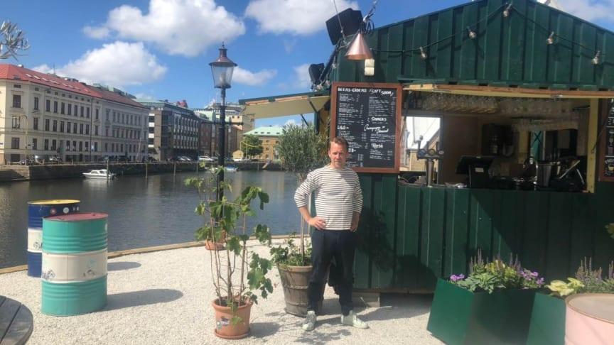 Tobias Dagerås på den nyöppnade uteserveringen på Rosenlundskajen
