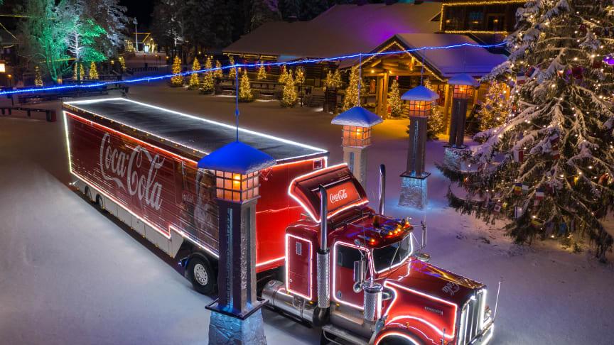 Coca-Cola Joulurekka pysähtyi viime vuonna ensimmäisen kerran ikinä napapiirillä vieraillessaan Joulupukin Pajakylässä Rovaniemellä.