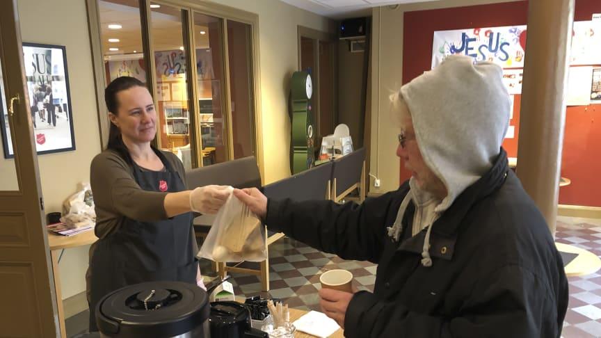 Frälsningsarmén Templet i Stockholm serverar te, kaffe och frukostpåsar i foajén. Foto: Daniel Back