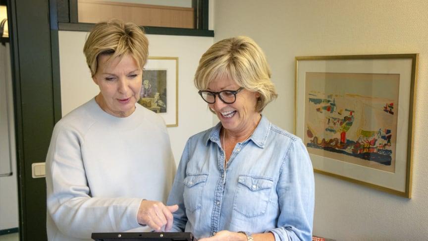 Pia Radil och Maria Svensson pratar om städplaneringen med hjälp av CleanPilot. Fotograf: Fredrik Bröndum, Ängelholms kommun