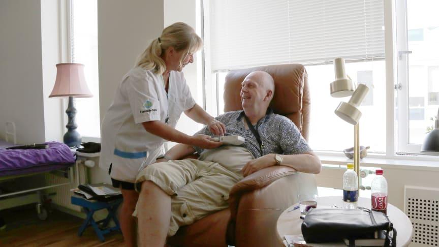 Langagergård Plejecenter skal fortsat drives af den private leverandør Forenede Care, som netop har fået forlænget kontrakten med tre år. Her ses en situation fra plejecenteret i august. Foto: Elisabeth Nielsen.
