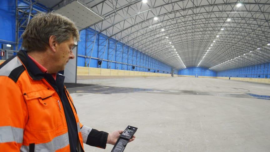 Leif Nilsson, elchef på CMP Malmö kontrollerar ljusnivåerna i sockertältet
