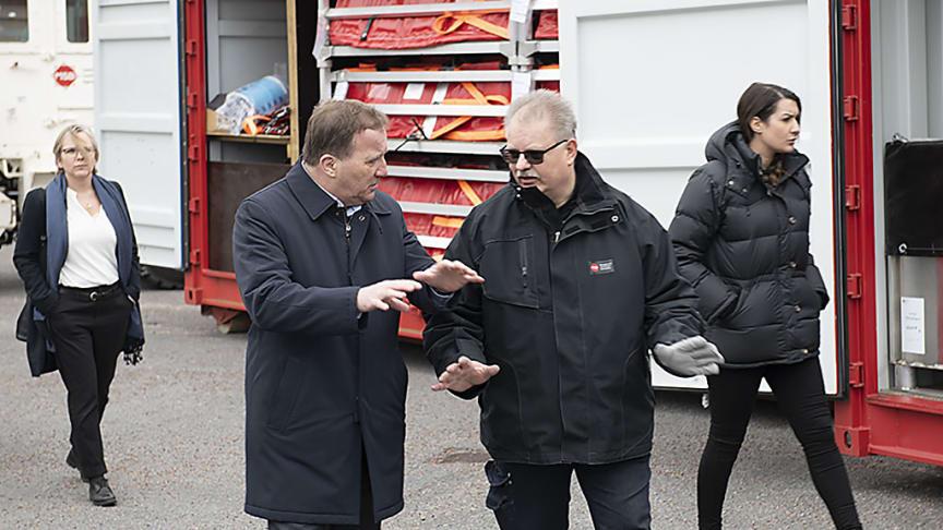 I dag besökte statsminister Stefan Löfven MSB. Här ses han i samtal med MSB:s Bert Solberg som berättar om myndighetens förstärkningsresurser.