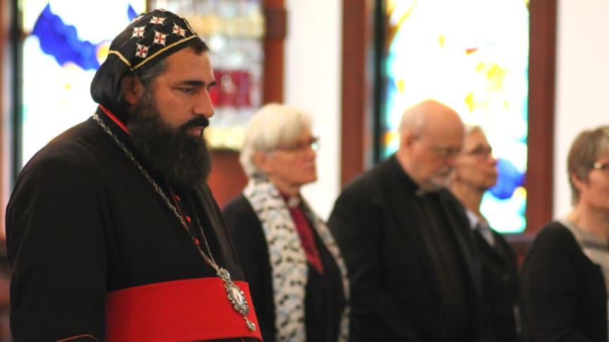 Ärkebiskop Dioscoros Benyamin Atas, Syrisk-ortodoxa kyrkan i Södertälje, leder bön för Mellanösterns troende. Foto: Mikael Stjernberg.