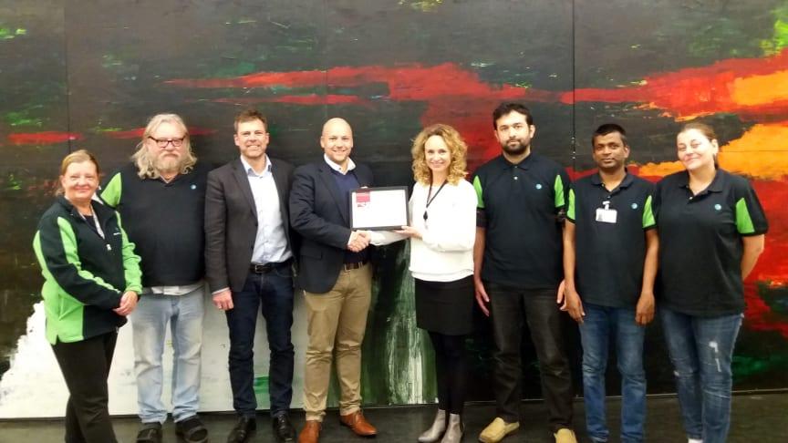 Glade prisvindere: CSR-certifikatet blev overleveret til Forenede Service i slutningen af året af Henrik Bugge og Mette Nielsen fra Jobcenter Randers ved en seance på virksomheden Tradium, som er en af Forenede Service's kunder.