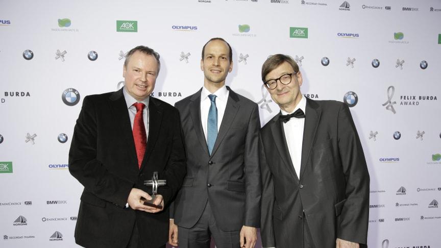 Preisträger Prof. Dr. Peer Bork (EMBL) und Dr. Georg Zeller (EMBL) mit Laudator Prof. Dr. Dr. Otmar D. Wiestler beim FELIX BURDA AWARD 2016 in der BMW Welt München am 17.04.2016