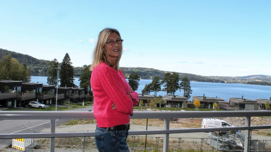 Hilde Sandberg har flott utsikt fra terrassen på sin nye bolig i Strandvegen, Br.dal.