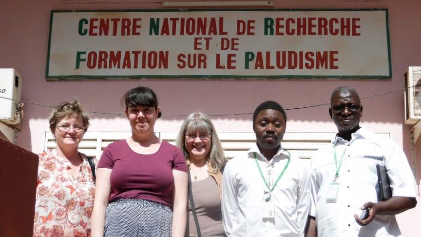Forskarna Mary O'Conell, Ioana Bujila, Ann-Kristin Östlund Farrants, Guillaume S. Sanou och Issa Nébié utanför malariainstitutet i Ouagadougou. Foto: May O'Connell.