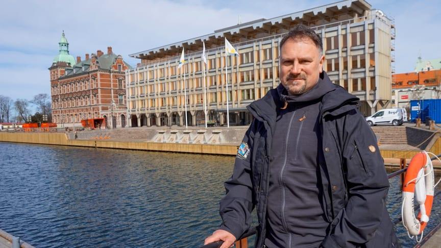 Arbetsplatsen är kommunhuset vid hamnen i Landskrona. Men en stor del av jobbet går ut på att åka runt och träffa markägare och andra berörda kring Braåns och Saxåns avrinningsområde.
