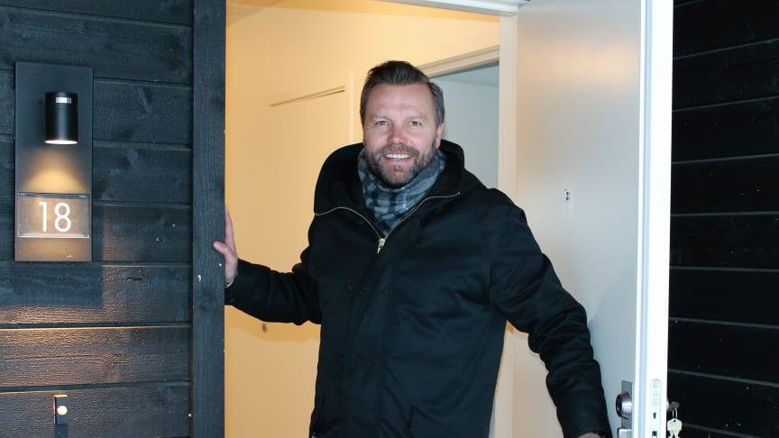 Tor Arne Haugen ønsker velkommen inn i Raufoss' mest miljøvennlige bolig.